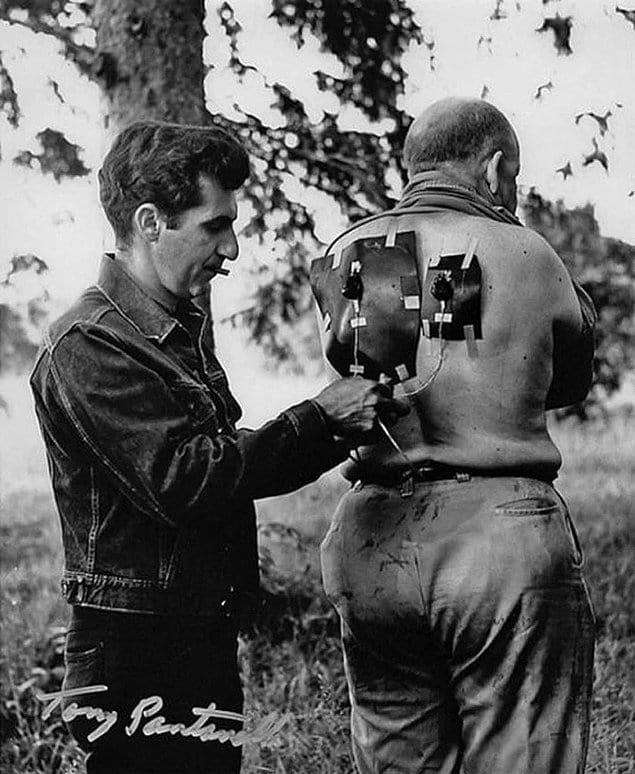 Мастер спецэффектов Тони Пантанелла готовит одного из зомби к съемкам. «Ночь живых мертвецов», 1968 год.