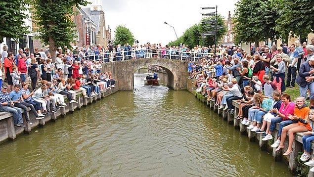 """Недавно голландец решился проплыть по маршруту известного забега на коньках """"Элфстедентохт"""" (Elfstedentocht), длина которого составляет ни много ни мало 200 км!"""