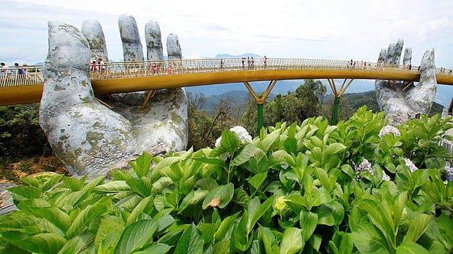 """Прекрасное архитектурное сооружение, которое назвали """"Золотым мостом"""", было построено на высоте 1400 м над уровнем моря среди пышащих сочной зеленью холмов Бана."""