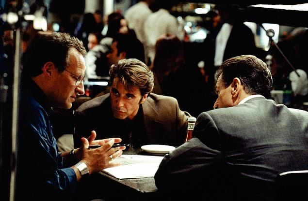 Режиссер Майкл Манн обсуждает предстоящую съемку сцены в «Схватке» (1995) с Аль Пачино и Робертом Де Ниро.