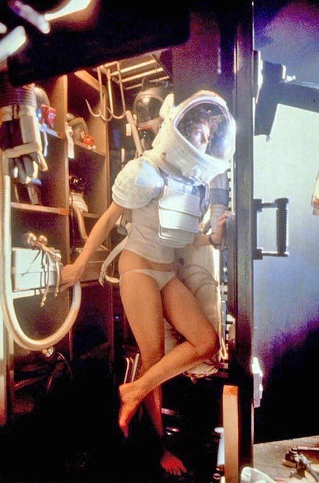 Сигурни Уивер надевает скафандр для съемок в сцене фильма «Чужой», 1979 год.