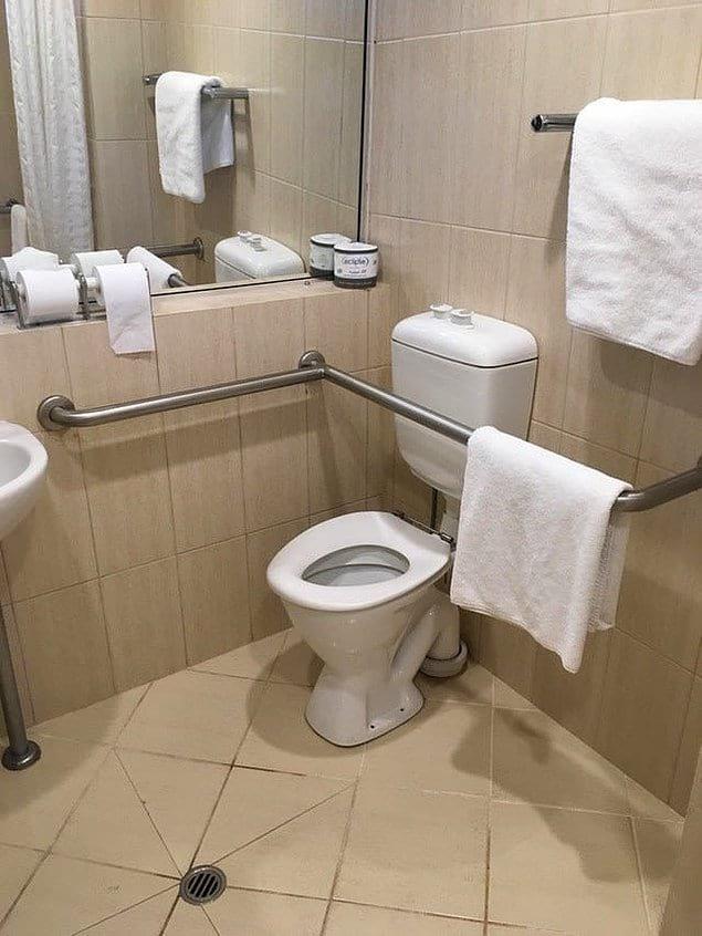 Трубы так и кричат о том, что ваш поход в туалет никогда не будет скучным!