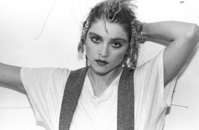 В 14 лет Мадонна приняла участие в конкурсе талантов, для этого раскрасившись зелеными и красными красками, надев короткие шорты и топ. От образа примерной девочки не осталось и следа.