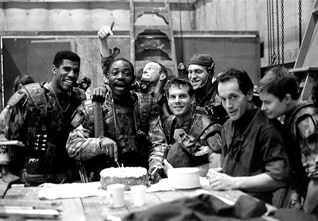 Вся съемочная группа «Чужого» собралась, чтобы отпраздновать день рождения Эла Мэттьюса, после тяжелого рабочего дня.