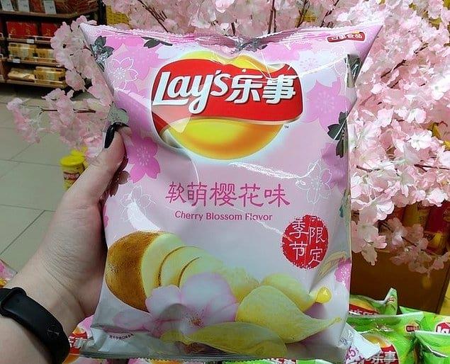 А еще там есть чипсы со вкусом сакуры!