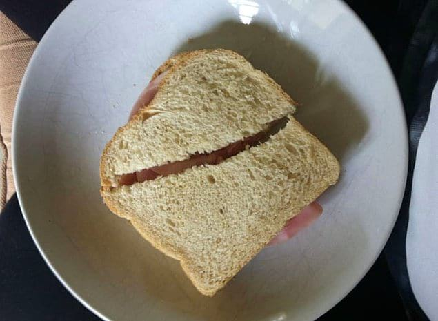 """А вот так парни """"поровну"""" делят сэндвичи с ветчиной."""