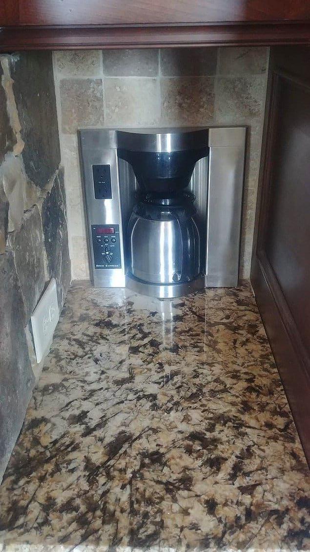 А здесь кофемашина встроена прямо в стену.