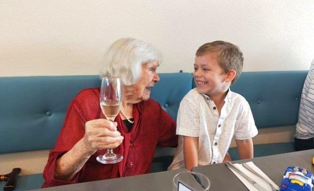 Бабушка, которая празднует свой 102-й день рождения с 4-летним правнуком.