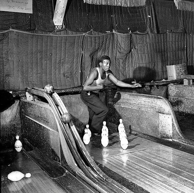 Человек для расстановки кеглей в боулинге, США, 1935 год.