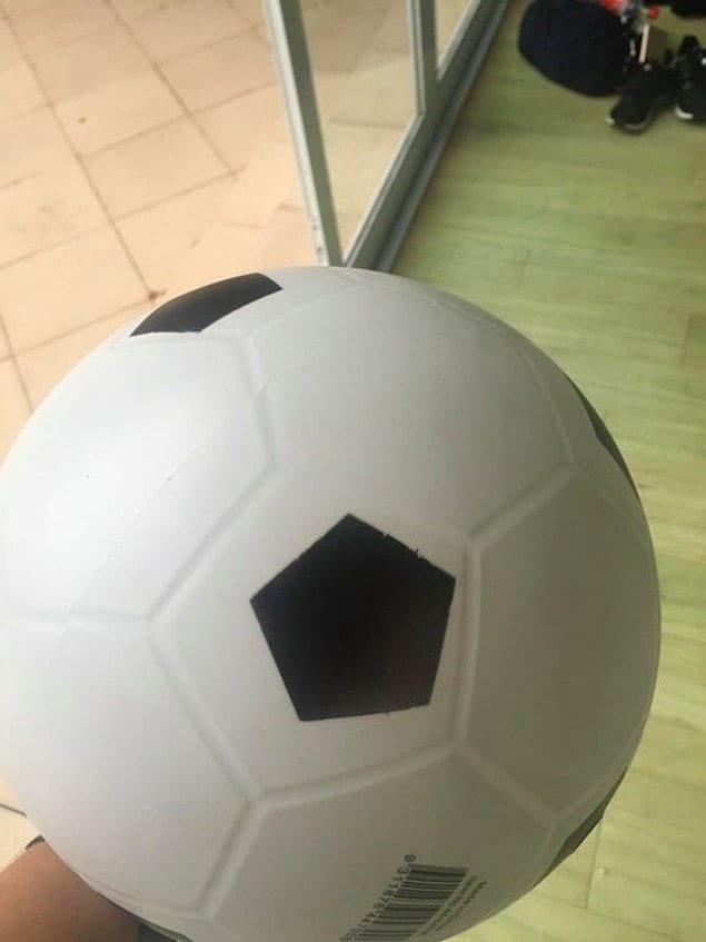 Что же случилось с этим футбольным мячом?