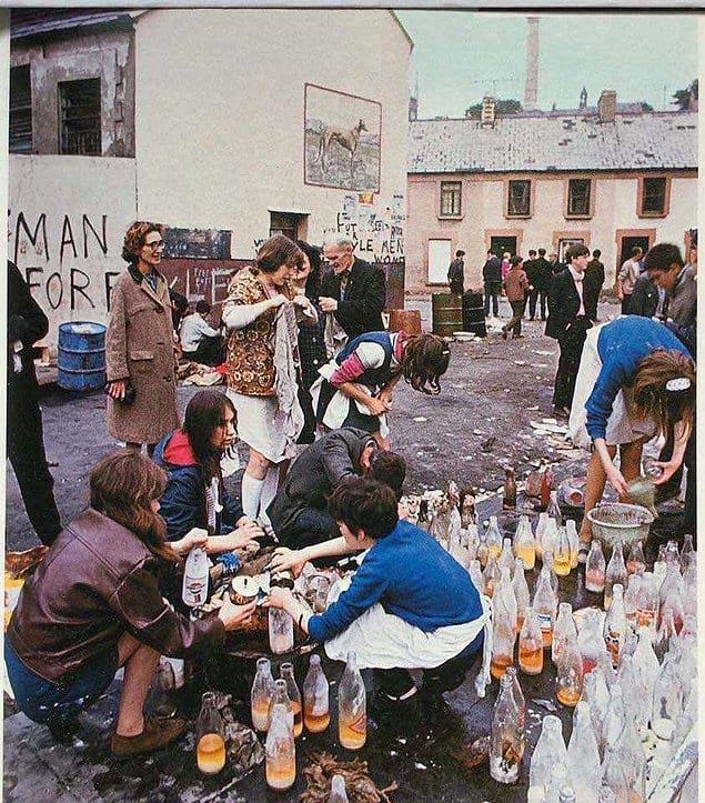 Девушки готовят коктейли Молотова, Битва за Богсайд, Северная Ирландия, 1969 год.