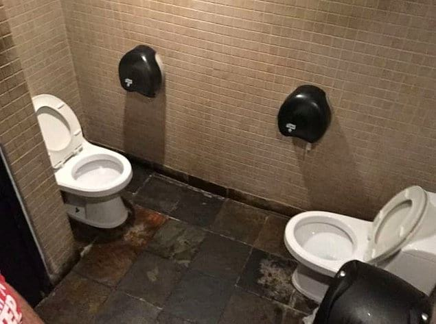 Для девушек, которые очень любят ходить вместе в туалет