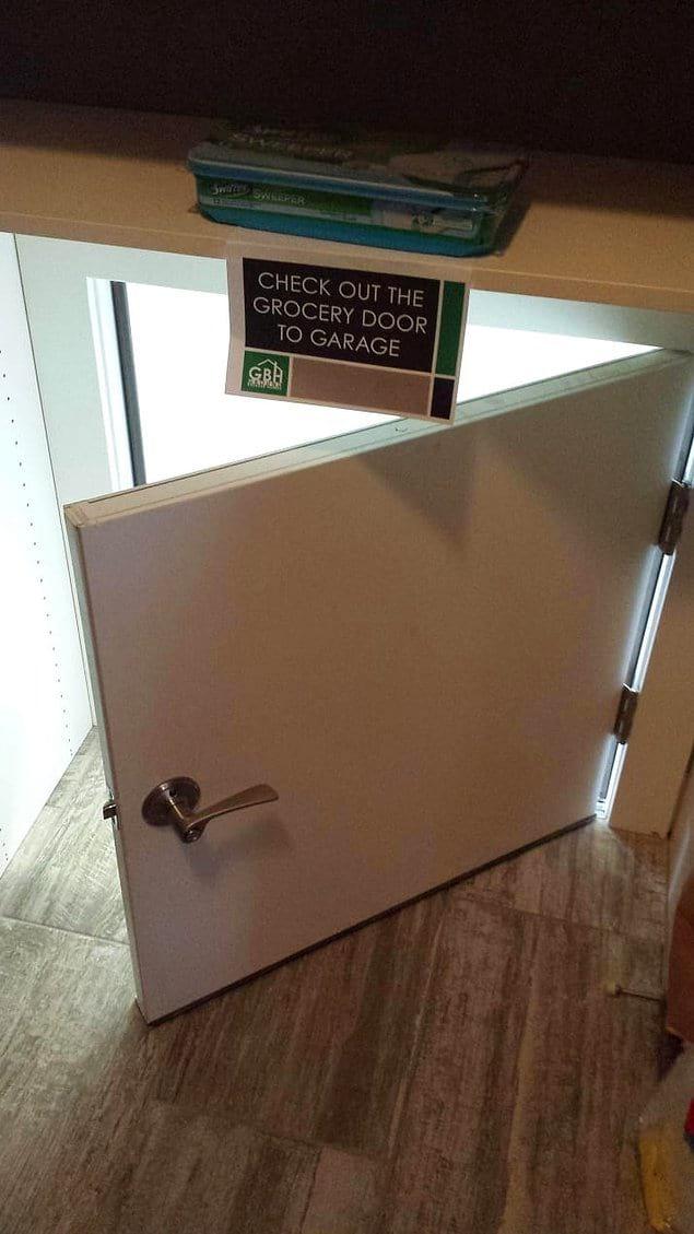 Эта дверь ведёт из кладовки прямо в гараж. Это ли не удобство?
