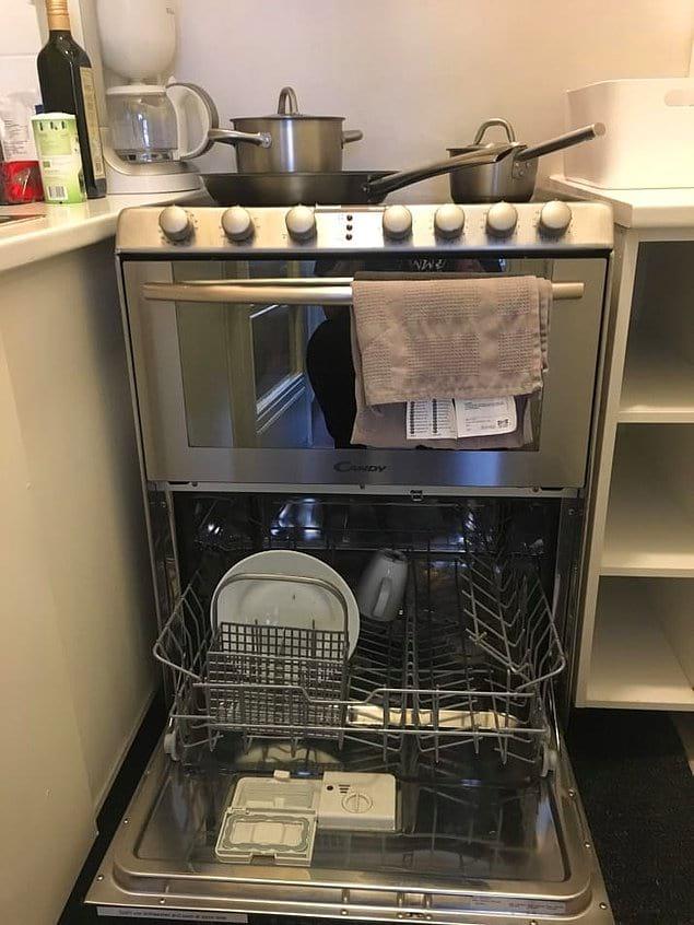 Это крутое приспособление - плита сверху и посудомойка снизу. Круто, правда ведь? 👍