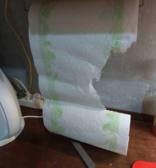 Этот парень, очевидно, не уяснил истинного предназначения перфорации на бумажных полотенцах.