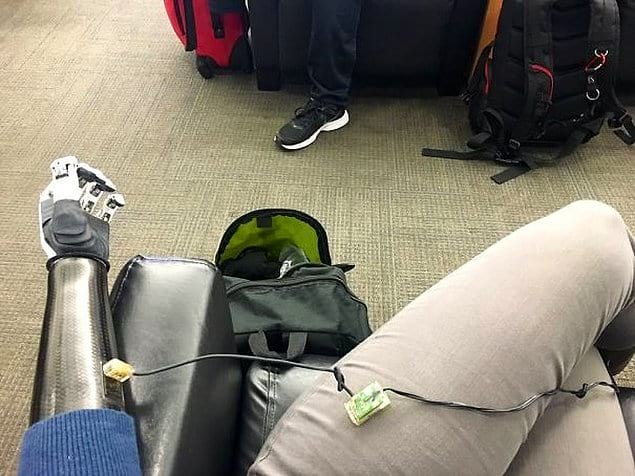 Когда забыл зарядить руку и приходится делать это в аэропорту