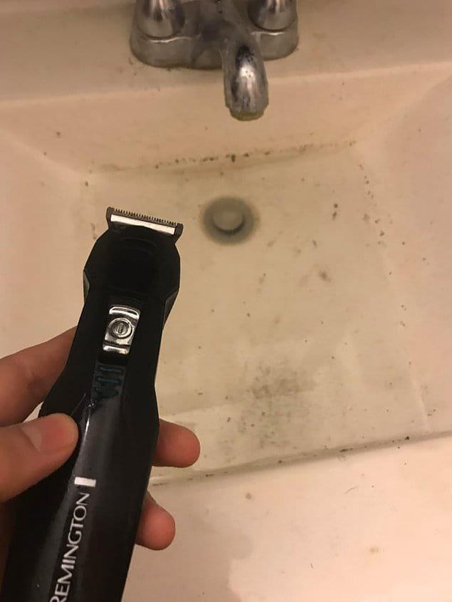 Мало того, что без спроса взял чужую бритву, так еще и засорил раковину своими волосами. И не помыл!
