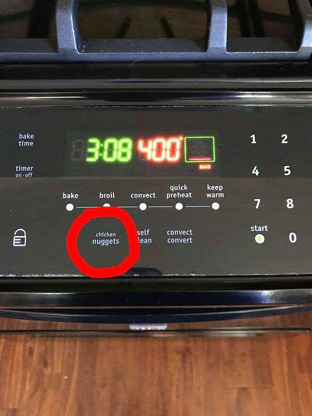 На этой плите есть специальная кнопка для приготовления куриных наггетсов.