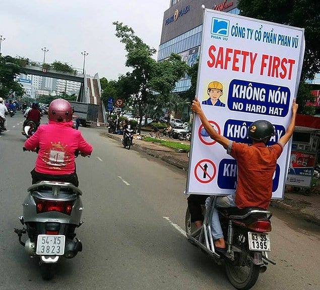 """Надпись на щите: """"Безопасность прежде всего!"""""""