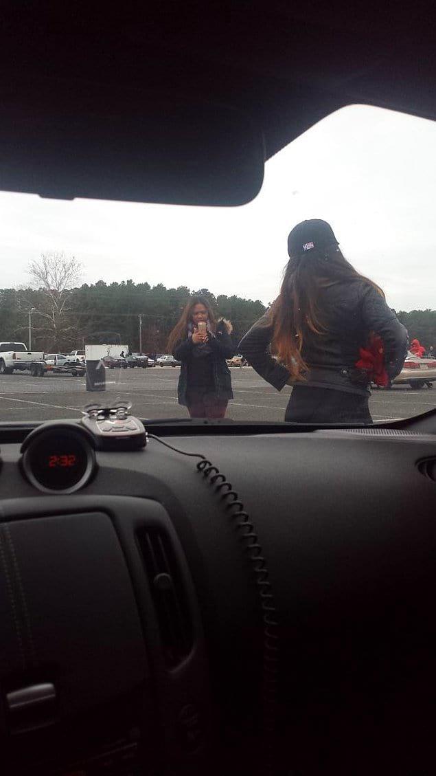 """""""Они понятия не имеют, что я в машине. Посигналить?"""""""