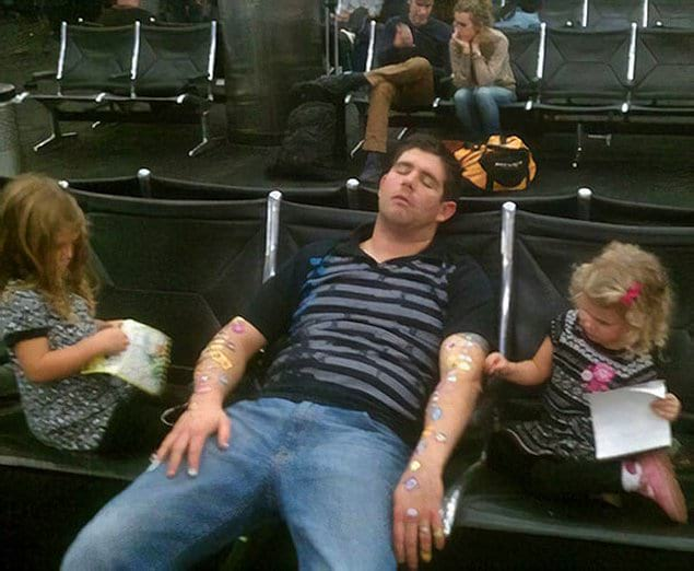 """Ожидание рейса с детьми - не самое просто занятие, но если ты """"папа года"""" жизнь становится проще!"""