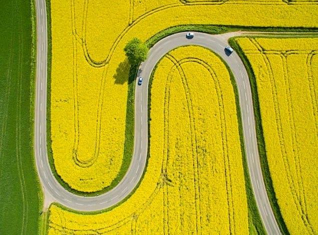 Плавные изгибы улочек в сельской местности Германии.