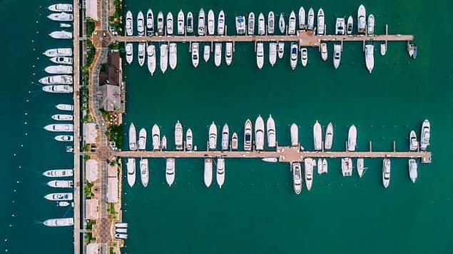 Ряды яхт на пристани.