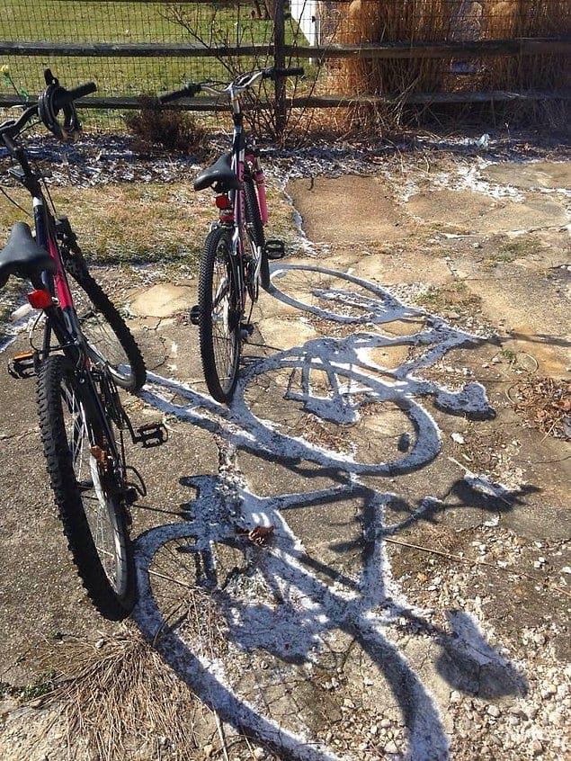 Солнце растопило снег везде, кроме места, куда падали тени от велосипедов.