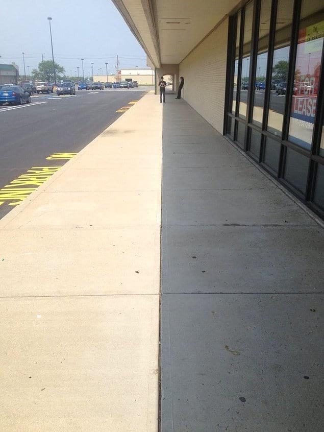 Тень идеально вписывается в трещину на тротуаре.