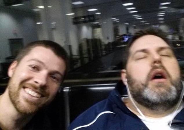"""""""Только что мне отправили это фото с телефона мужа (он спит), а вот кто этот парень слева я понятия не имею"""""""