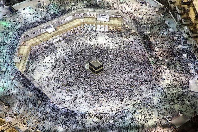 Тысячи людей, совершающих паломничество в Мекку.