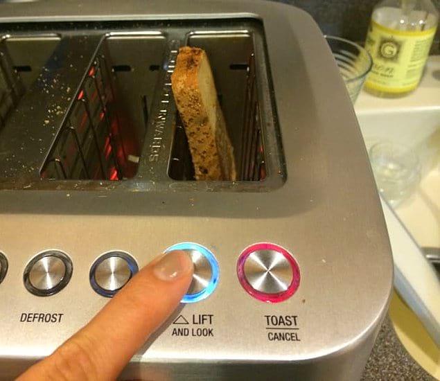 У этого тостера есть функция, позволяющая поднять ломтик хлеба и посмотреть на то, насколько сильно он прожарился 🙃