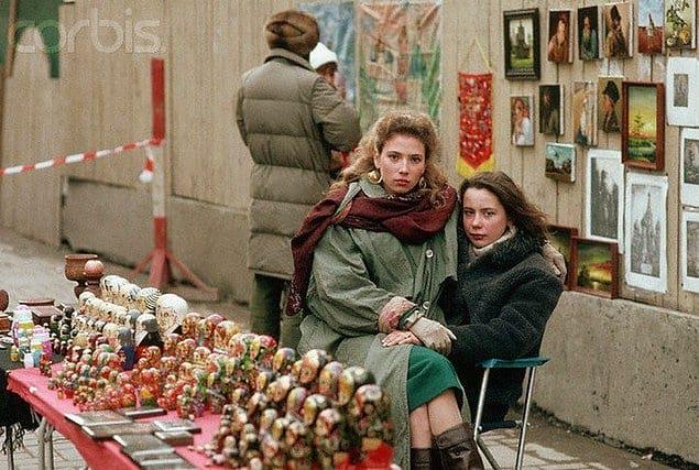 Уличная торговля сувенирами на улице Арбат в Москве. 1991 год.