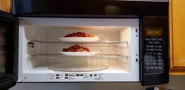 В этой микроволновке есть полки, поэтому можно подогревать несколько блюд одновременно 👍