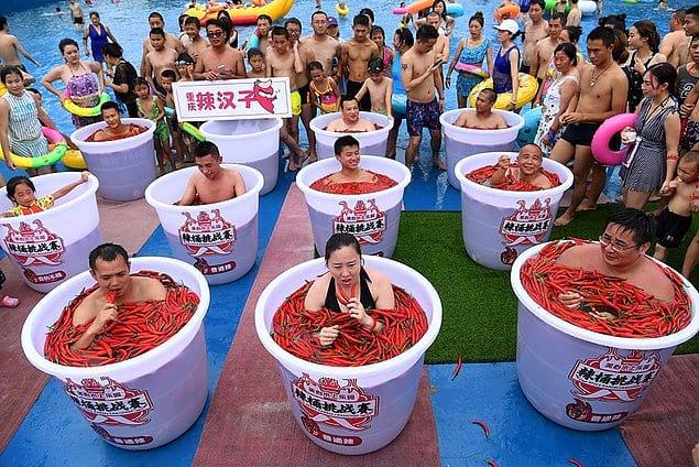 В Китае проводятся соревнования, где люди должны есть острые перцы чили, погружаясь в ванну с ними же. Разве это не похоже на ад в чистом виде?!