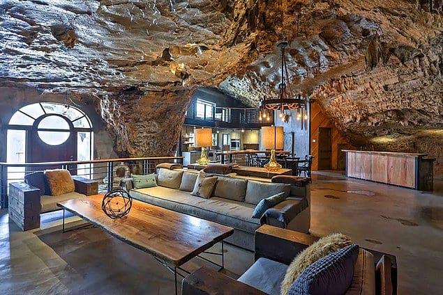 В отеле есть 4 комнаты, стоимость проживания в которых составляла 1200 американских долларов за ночь.