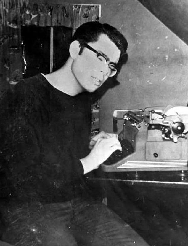 Юный Стивен Кинг за печатной машинкой. 1967 год.