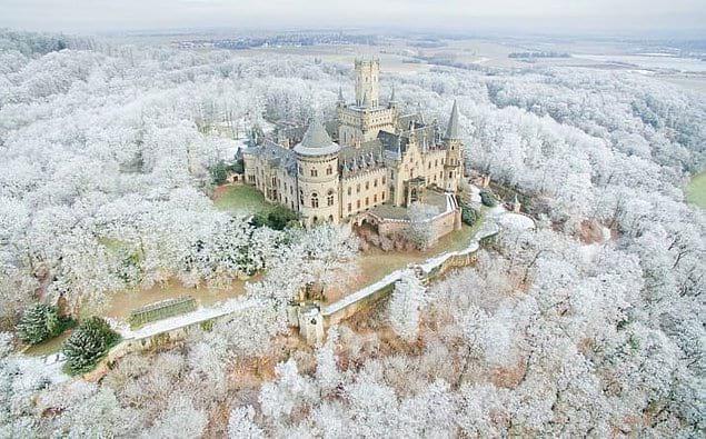 Замок в Нижней Саксонии (Германия), который словно сошел со страниц сказок про Средневековье.