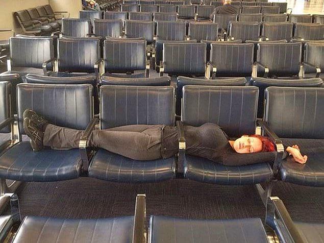 Заснуть на креслах в залах ожидания - практически непосильная задача, но если у вас нет сумок и кучи лишних килограммов, вы можете попробовать вот такой трюк!