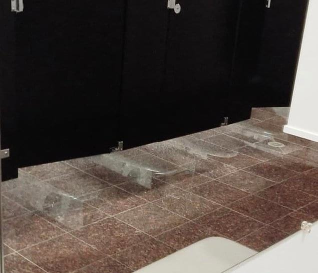 Зеркальный пол в туалете... Явно лучше, чем отсутствие дверей в кабинках!