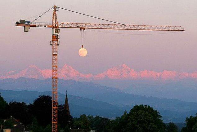А вы знали, что Луна на самом деле висит на строительном кране?