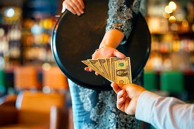 Американцы ОБЯЗАТЕЛЬНО оставляют в ресторанах большие чаевые