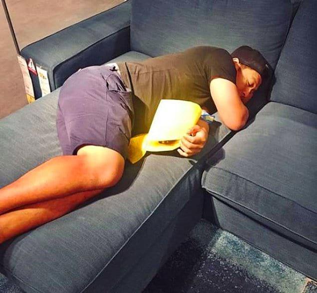 Бедняга уснул в IKEA во время семейного шопинга
