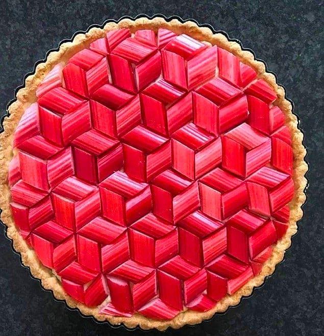 Что может быть более приятным, чем идеальная геометрия этого пирога из ревеня?