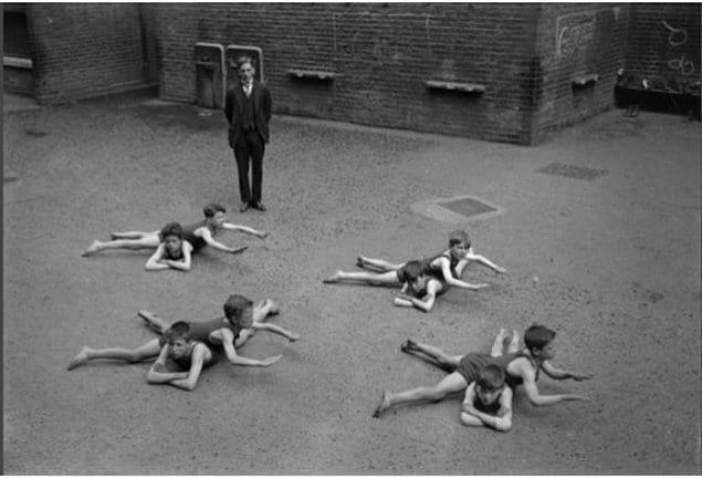 Дети учатся плавать без воды