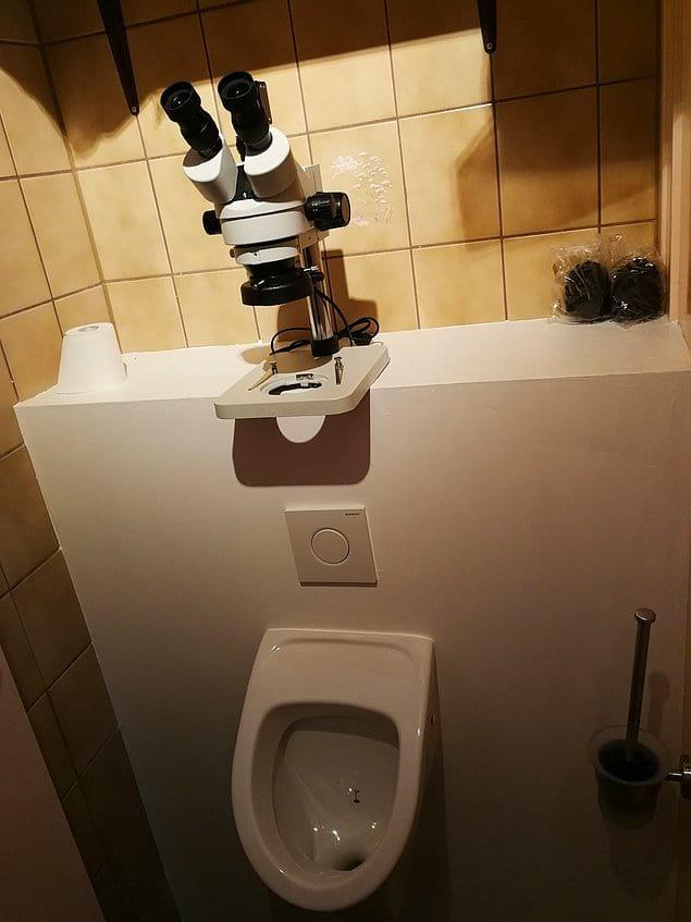 Микроскоп у писсуара. Это такой стеб?
