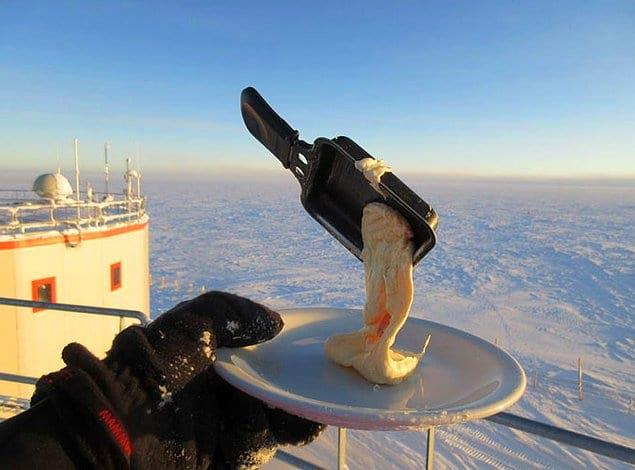 Он решил показать пользователям Сети, как выглядит еда на лютом морозе. Перед вами те самые блюда:
