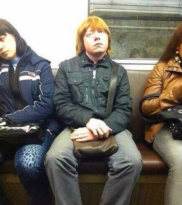 Уизли в метро. Вечно их тянет к маглам.
