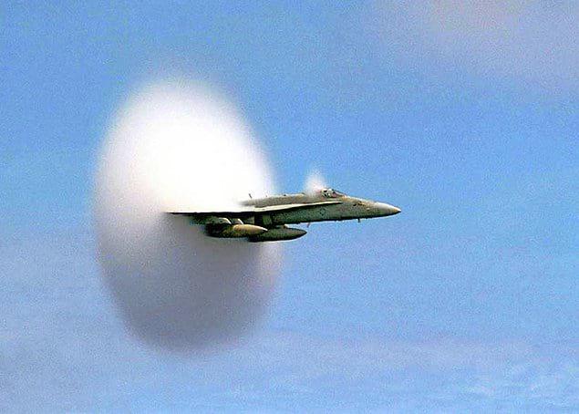 Вам было когда-нибудь интересно, что происходит, когда самолет преодолевает звуковой барьер? Вот, пожалуйста, смотрите