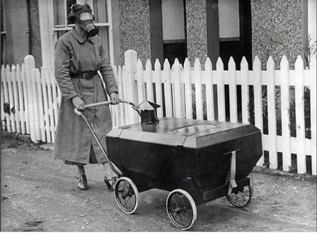 Женщина гуляет с ребенком в газозащитной коляске